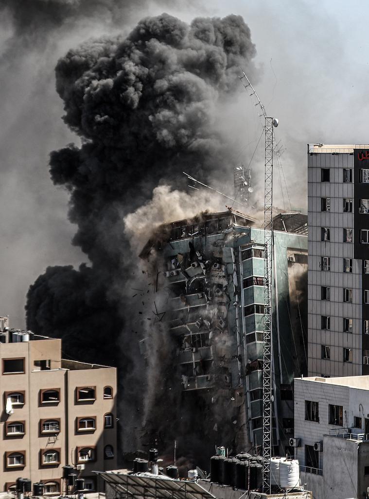 İsrail ordusu, Gazze kentinde basın ofislerinin olduğu yüksek katlı bir binayı vurdu.